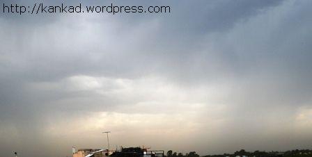 उतरता चैत और दिल्ली के आसमान पर बादल..