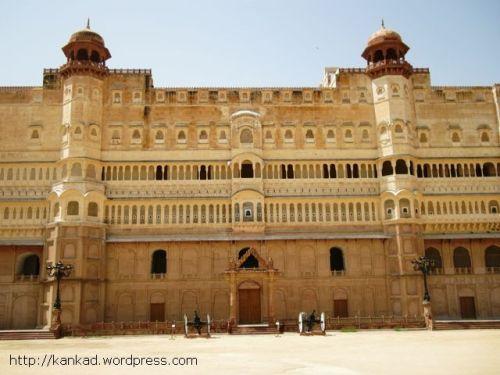 जूनागढ पैलेस. किसी समय रियासत का प्रमुख केंद्र रहा यह राजमहल फिल्म वालों का पसंदीदा स्थल बना.