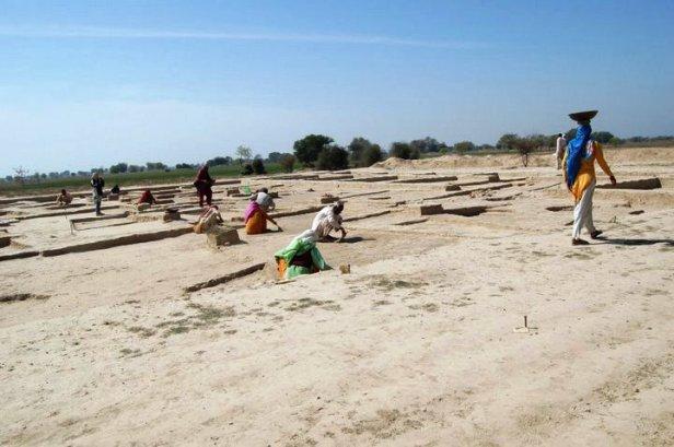 पुरात्त्वविद् शिंदे कहते हैं कि यहां मिला घर और सामान हड़प्पाकालीन अन्य सामानों जैसा है। मुहरें, आभूषण, जेवर और घरों की आकृत्तियाँ हड़प्पा जैसी हैं, इसलिए इसमें कोई शक नहीं है कि यह हड़प्पाकालीन स्थल.