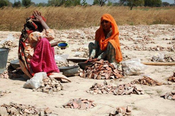 इतिहास के साथ जुडा वर्तमान और भविष्य : खुदाई स्थल पर कार्यरत दो महिलाएं .