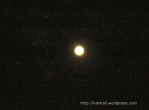 इस चैत की आखिरी रात, पूर्णिमा को चमकता चांद. वैशाख शुरू हो रहा है. (9-10 अप्रैल रात)