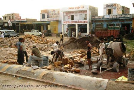 लूनकरणसर (lunkaransar) में पत्थरों की सडक बनाते मजदूर.