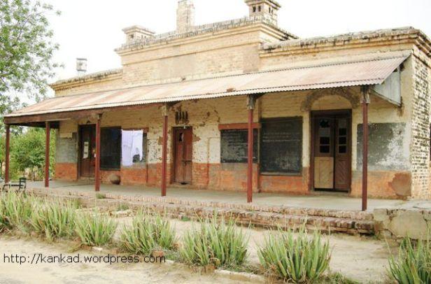 हिंदुलमकोट का पुराना स्टेशन भवन, जो अब आवास के काम आता है.