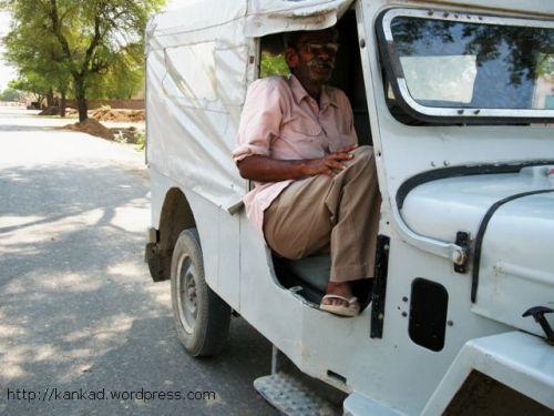 बहत्तर साल के पन्नालाल आज भी पीलीबंगा में जीप चलाते हैं.उनके पिताजी भी इसी लाईन में थे और बेटा भी ड्राइवर है.