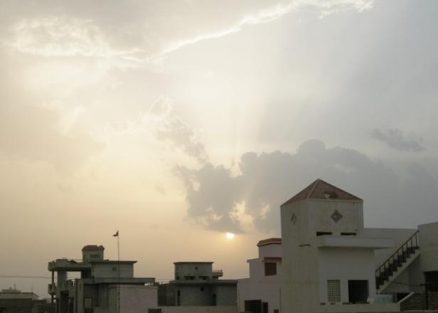 गंगानगर में ढलता सावण का एक सूरज. बादल तो है पर बरसने वाले नहीं !