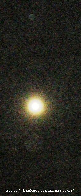 पूरा चांद : एक बिना साफ किए लैंस से.